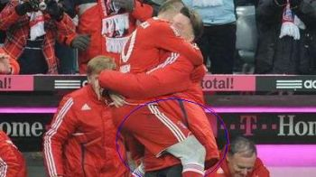Culoarea colantilor purtati de Robben nueste agreata deLiga Profesionista Germana!FOTO: