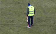 Gazonul de pe Cluj Arena s-a facut PRAF, muncitorii chemati de urgenta sa-l repare la pauza! Imagini care NU s-au vazut la TV