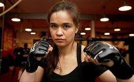 A FUGIT din tara pentru DIPLOME! Tocilara care a invatat sa se bata in CUSCA! De la Cambridge si Oxford direct in UFC! Povestea impresionanta a fetei cu doua inimi: