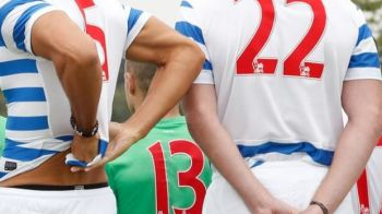 Faza zilei in fotbal: Cum a fost surprins acest jucator in timp ce facea poza de grup cu echipa! FOTO
