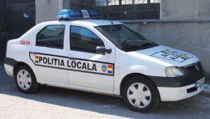 Ce scrie pe masina Politiei Locale din Odorheiul Secuiesc. Localnicii s-au revoltat pe retelele de socializare