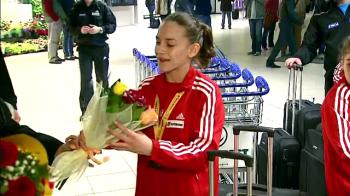 Primirea emotionanta pentru noua FATA DE AUR a gimnasticii din Romania. Cum a fost asteptata la aeroport