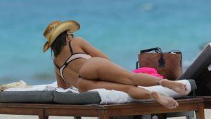 Aparitie ultra hot la plaja. Bruneta cu cel mai apetisant posterior incins atmosfera intr-un bikini minuscul: FOTO