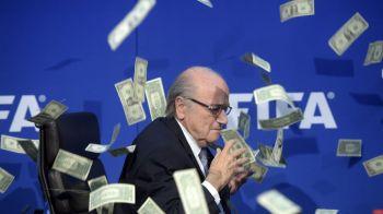 """FOTO & VIDEO   Imagini incredibile surprinse la conferinta de presa a lui Sepp Blatter! Un """"intrus"""" a aruncat cu teancul de bani in seful FIFA"""