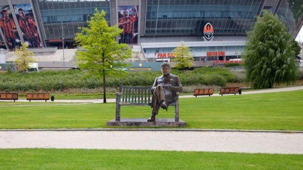 Cadoul clubului Sahtior pentru Mircea Lucescu, de ziua lui: o statuie in fata stadionului Donbass Arena FOTO