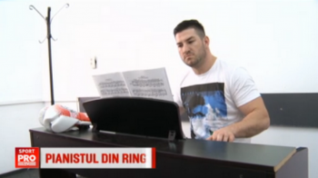 "Cel mai dur pianist vine din Romania! ""Bomberman"" Topai se relaxeaza cu muzica inainte de gala de sambata - VIDEO"
