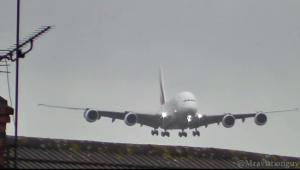 Imagini dramatice cu un avion de 600 de pasageri surprins de un vant puternic inainte de la aterizare. Ce face pilotul