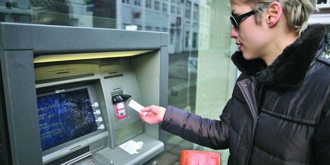 Cum poti fi pacalit la bancomat si de ce trebuie sa fii atent la tasta 5