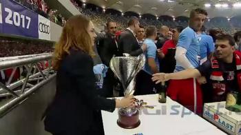"""Asa ceva chiar nu s-a mai intamplat. Cine le-a decernat trofeul """"cainilor"""" dupa victoria din finala Cupei Ligii: FOTO"""