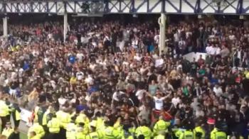 Scene incredibile la Everton - Hajduk Split! Fanii croati au incercat sa intre pe teren VIDEO