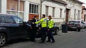 Medic încătuşat pe stradă, după ce ar fi împins un polițist. VIDEO