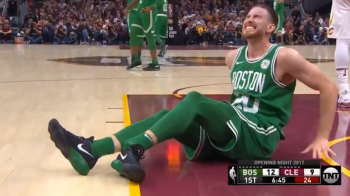 Imagini socante! Un baschetbalist de 130 de milioane de dolari din NBA si-a rupt piciorul in direct, la primul meci pentru Celtics